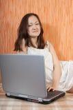 Ragazza che lavora con il computer portatile Fotografie Stock