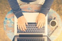 Ragazza che lavora con un computer portatile in un caffè di mattina, pho d'annata Immagini Stock Libere da Diritti