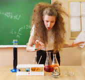 Ragazza che lavora nel laboratorio di chimica all'aula Fotografia Stock