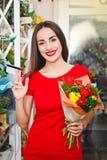 Ragazza che lavora in un negozio di fiore Fotografia Stock