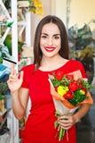 Ragazza che lavora in un negozio di fiore Immagini Stock