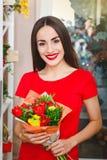 Ragazza che lavora in un negozio di fiore Immagini Stock Libere da Diritti