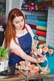 Ragazza che lavora in un negozio di fiore Fotografie Stock Libere da Diritti