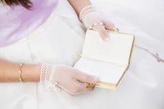 Ragazza che legge il libro di preghiera in bianco Fotografia Stock
