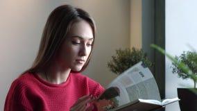 Ragazza che legge un libro stock footage
