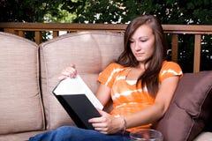 Ragazza che legge un libro Immagini Stock Libere da Diritti