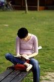 Ragazza che legge un libro Fotografie Stock Libere da Diritti