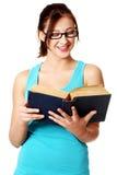 Ragazza che legge un libro. Fotografia Stock Libera da Diritti