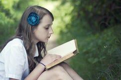 Ragazza che legge un libro Immagini Stock