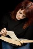 Ragazza che legge un libro fotografia stock libera da diritti