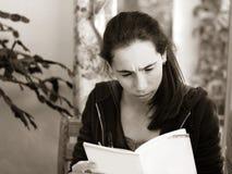 Ragazza che legge un libro Immagine Stock Libera da Diritti