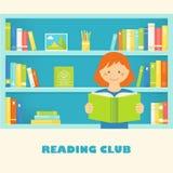 Ragazza che legge un libro contro gli scaffali per libri delle biblioteche con il libro Immagini Stock Libere da Diritti