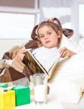 Ragazza che legge un libro a letto Fotografia Stock