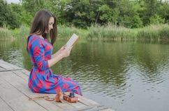 Ragazza che legge un libro nella sosta Immagine Stock Libera da Diritti