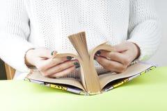 Ragazza che legge un vecchio libro aperto Conoscenza, scienza Immagine tonificata Immagine Stock