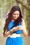 Ragazza che manda un sms sul telefono Immagini Stock