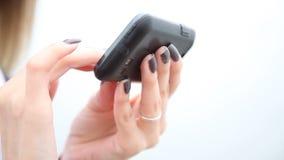 Ragazza che manda un sms sullo smartphone archivi video