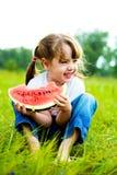Ragazza che mangia anguria Fotografie Stock