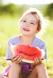 Ragazza che mangia anguria Fotografie Stock Libere da Diritti