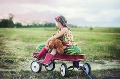 Ragazza che mangia anguria Bambino felice nel campo Umore di estate fotografia stock libera da diritti