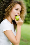 Ragazza che mangia Apple Fotografie Stock Libere da Diritti