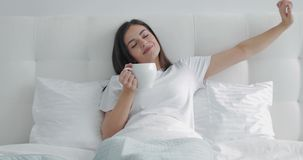 Ragazza che mangia caffè a letto stock footage
