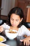 Ragazza che mangia cereale immagini stock