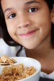 Ragazza che mangia cereale fotografie stock
