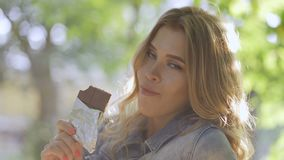 Ragazza che mangia cioccolato stock footage