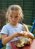 Ragazza che mangia cioccolato. Fotografia Stock