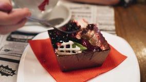 Ragazza che mangia con un bello dolce della forcella nel caffè Fine in su stock footage
