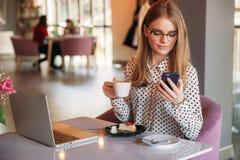 Ragazza che mangia dolce in un caffè E Cappuccino bevente Signora #37 di affari immagini stock libere da diritti