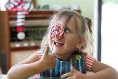 ragazza che mangia grande lecca-lecca Fotografie Stock