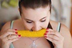 Ragazza che mangia granoturco dolce Fotografia Stock