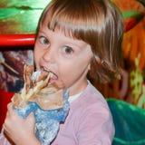 Ragazza che mangia hamburger sulla via Fotografia Stock