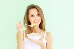 Ragazza che mangia i fiocchi di granturco Fotografia Stock