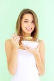 Ragazza che mangia i fiocchi di granturco con Fotografia Stock