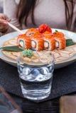 Ragazza che mangia i sushi Immagine Stock Libera da Diritti