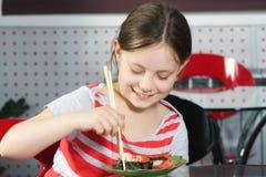 Ragazza che mangia i sushi Fotografia Stock Libera da Diritti