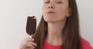 Ragazza che mangia il bastone del gelato stock footage