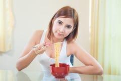 Ragazza che mangia le tagliatelle di ramen Fotografia Stock Libera da Diritti