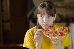 Ragazza che mangia pizza italiana Immagini Stock Libere da Diritti