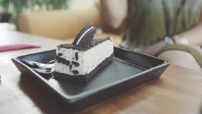 Ragazza che mangia torta di formaggio nel caffè Soltanto mani Fotografia Stock