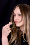 Ragazza che mangia una caramella di cioccolato Fotografie Stock