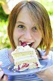 Ragazza che mangia una torta Fotografia Stock Libera da Diritti