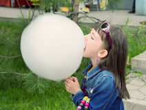 Ragazza che mangia zucchero filato Fotografia Stock Libera da Diritti