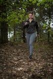 Ragazza che marcia nella foresta Fotografia Stock Libera da Diritti