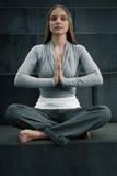 Ragazza che medita su scale Fotografie Stock Libere da Diritti