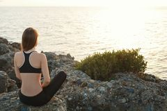Ragazza che medita su spiaggia al tramonto Fotografia Stock Libera da Diritti