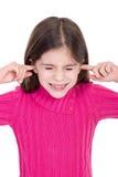 Ragazza che mette barretta sulle sue orecchie Fotografie Stock